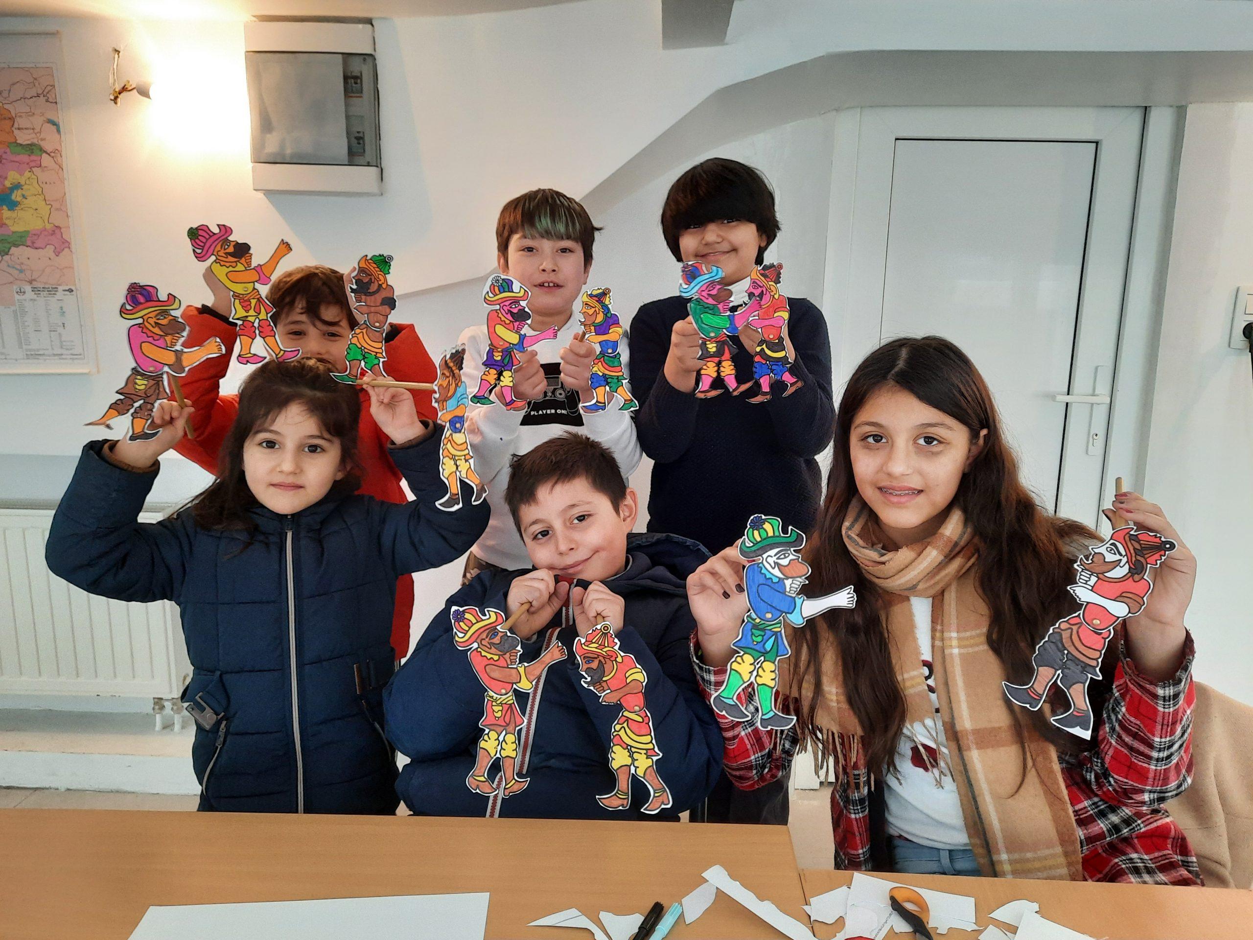 Brüksel'de Türkçe derslerinde Hacivat ve Karagöz karakterlerinin kuklalarını yapıldı